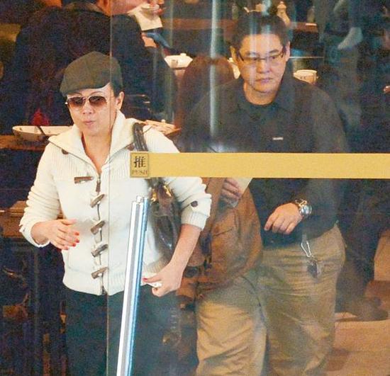 邓萃雯因长期服药发胖 与眼镜男吃饭热聊资讯生活
